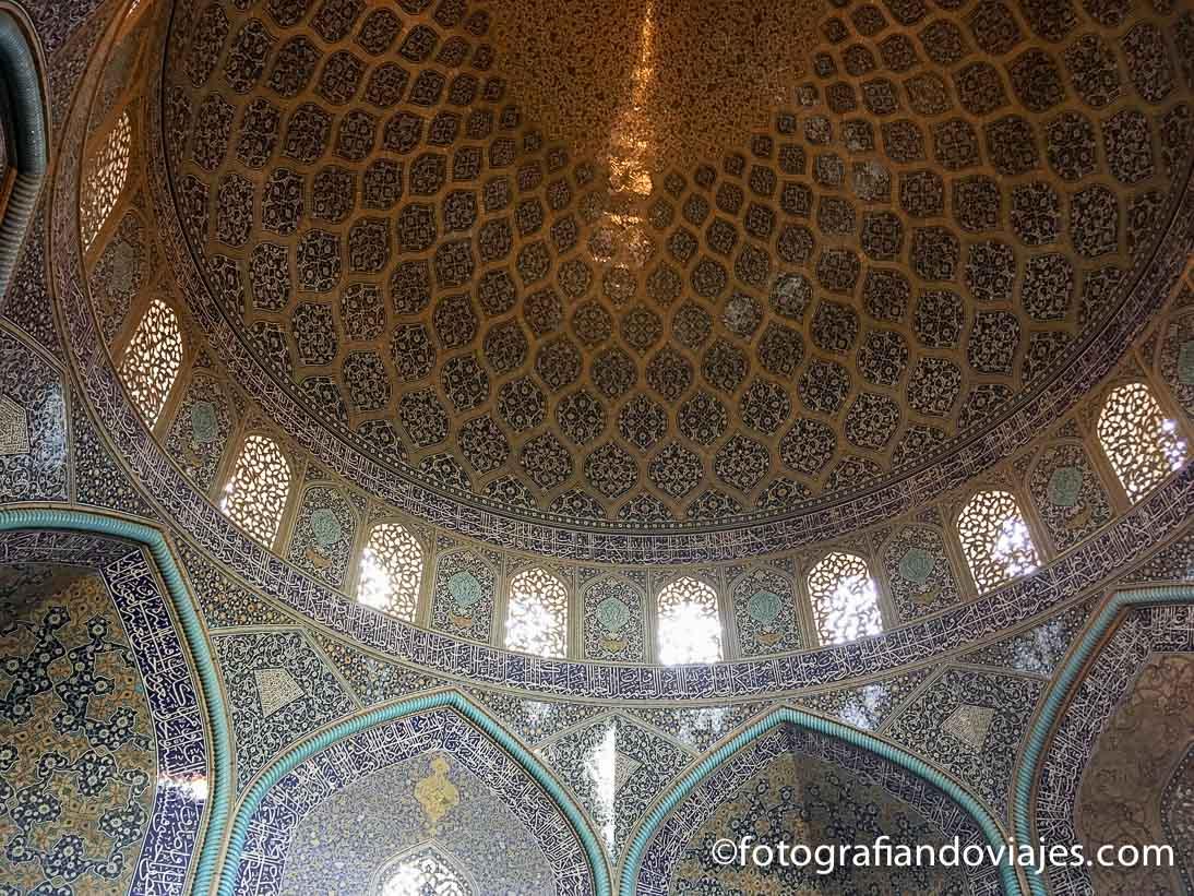 Interior de laMezquita Sheikh Lotfollah en Isfahan