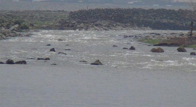 Çınar Bulutçeker köyü sakinleri dere üzerine köprü yapılmasını istiyor