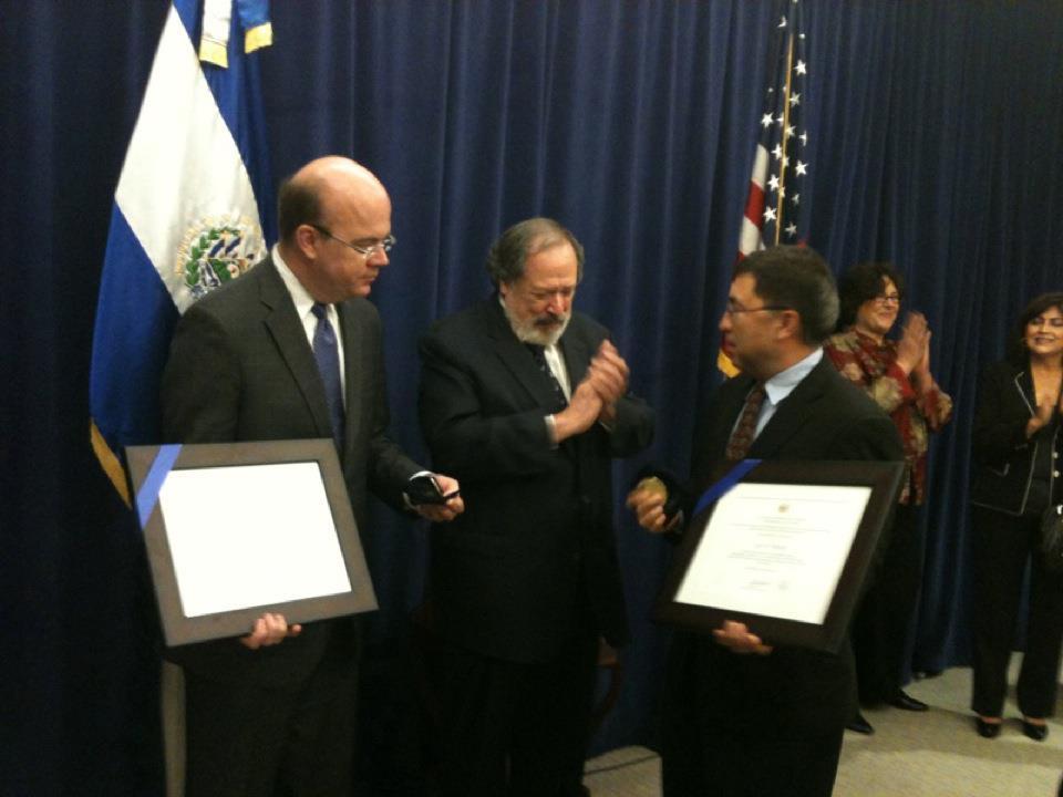 James McGovern y Luis Reyes  homenajeados por el Gobierno de El Salvador