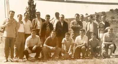 Componentes del Club Ajedrez Terrassa jugando al fútbol, año 1960