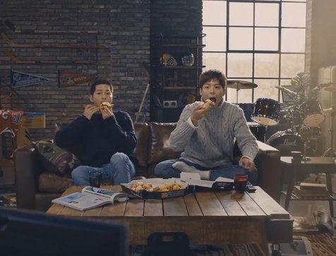 Inilah Kolaborasi Iklan Artis Korea Song Joong Ki dan Park Bo Gum Tarik Perhatian Fans