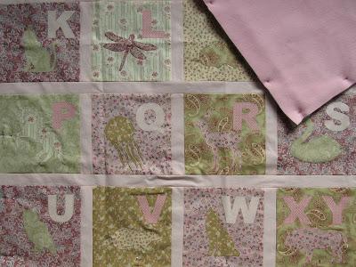 Alphabet Quilt für Mädchen in rosa grün