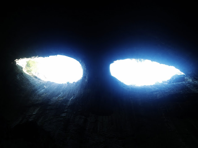 """Oczy Boga"" w jaskini Prohodna"