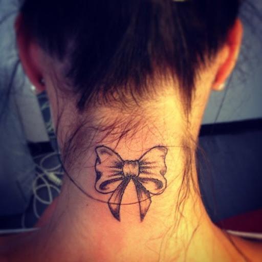 Fita tatuagem no pescoço para mulheres
