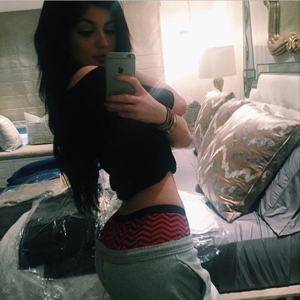Kylie-Jenner-Back-Selfie