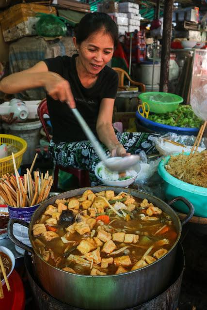 Bên cạnh ẩm thực cung đình, khám phá ẩm thực chay tại các phố ở kinh thành Huế xưa là trải nghiệm được yêu thích của nhiều du khách. Đặc biệt trong thời đại đầy những cao lương mỹ vị thì món chay sẽ cho bạn thấy sức hút và ưu điểm của nó: Ăn no nhưng không đầy bụng, lạ miệng, rẻ và giúp con người hướng thiện hơn.