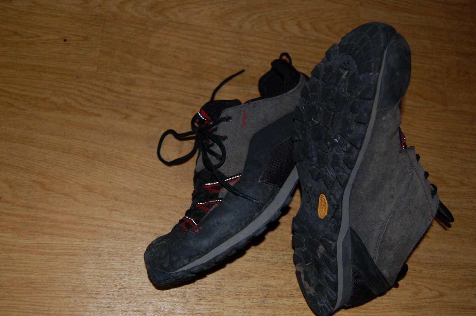 520ac4edf255 POHORKY-Alebo vysoké turistické topánky sú určené pre náročnejšie terény a  viac denne túry s ťažkým batohom. V dnešnej dobe sú moderné topánky zo ...