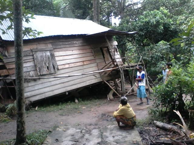 Rumah Nenek Hazlah Roboh, Diterjang Angin