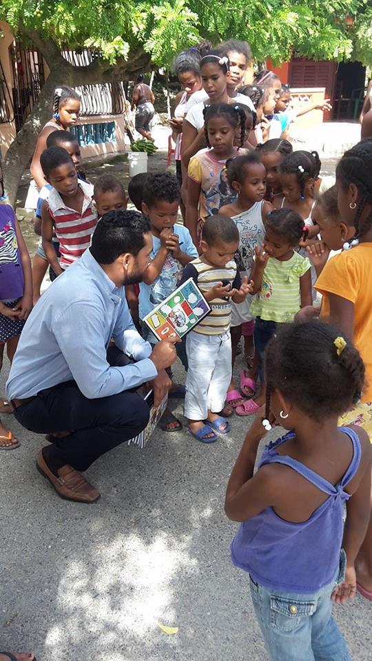 Carlos Castillo entrega útiles escolares a más de 2 mil niños en la provincia Bahoruco