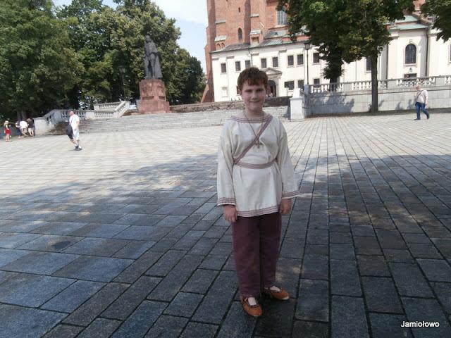 średniowieczny strój ręcznie szyty z krajkami