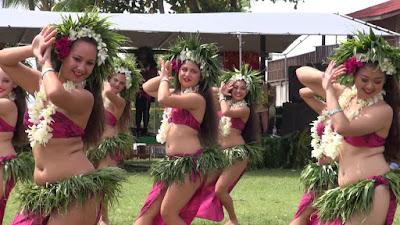 Danse tahitienne d'Upaupa. Danseuses avec paréo et colliers de fleurs.