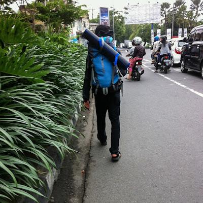 perjalanan kaki menuju terminal bus tirtonadi