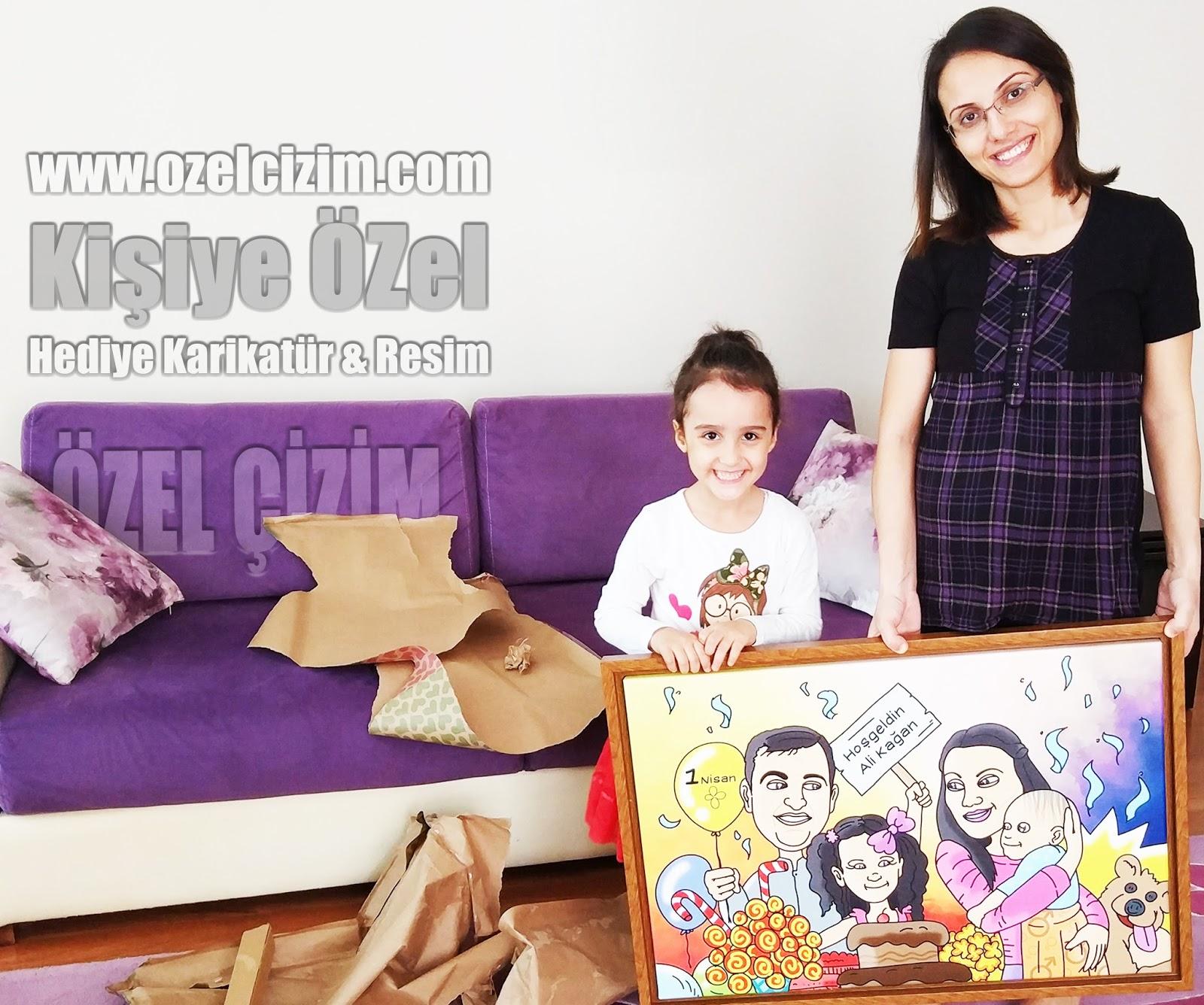 hediye ile fotoğraf, Müşteri Fotoğrafları, Müşteri Memnuniyeti, MF, Hediye karikatür, Aile karikatürü, Aile portresi, Mutluluk tablosu, komik hediyeler