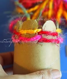http://clarabelen.com/inspiraciones/1429/tejer-con-ninos-improvisar-tejedoras-con-rollos-o-vasos-de-carton/