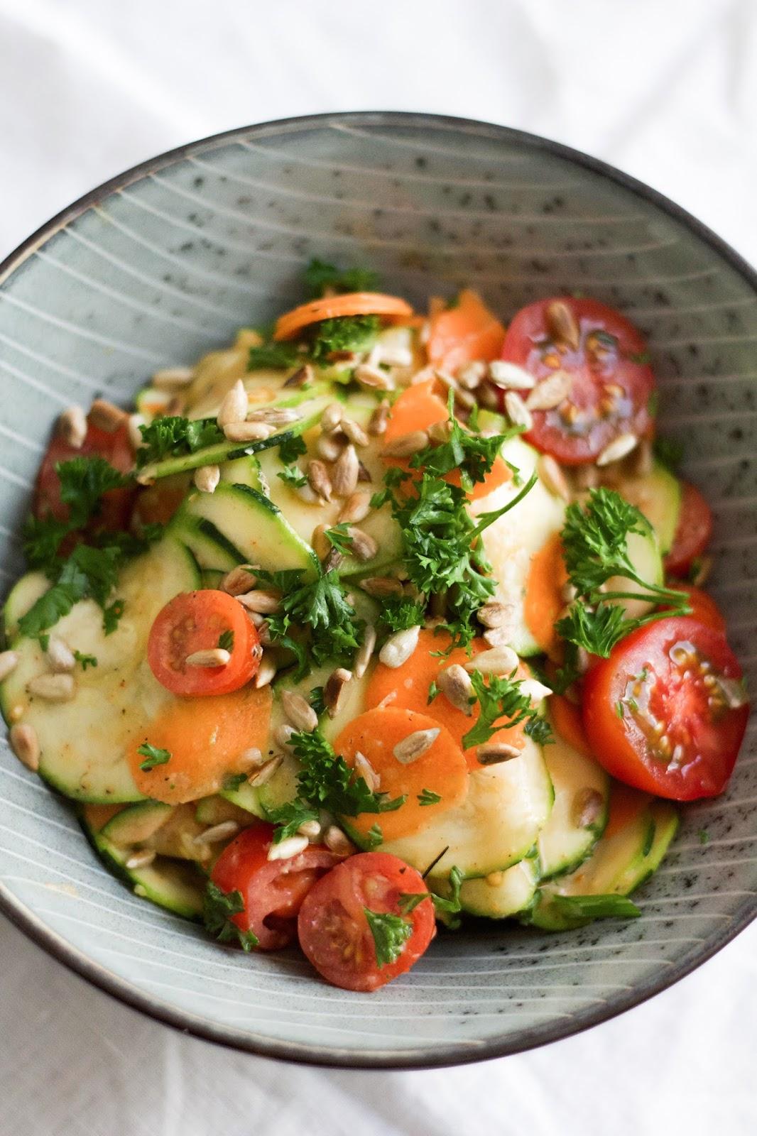15 minuten rezept zucchini salat mit kr uter hummus dressing werbung feines gem se. Black Bedroom Furniture Sets. Home Design Ideas
