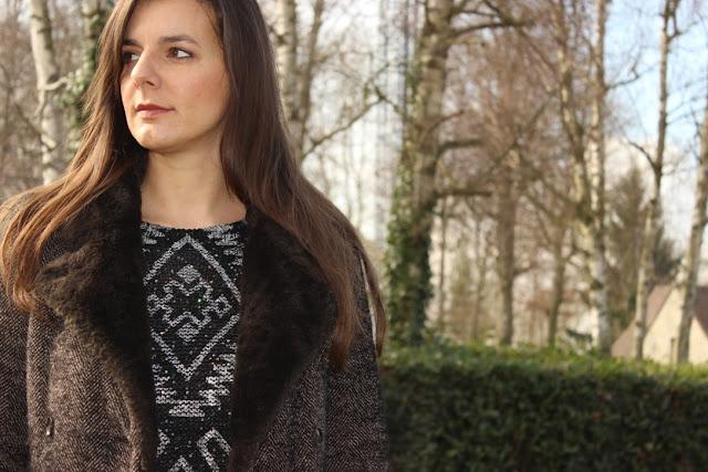 look jupe cuir verte kookai, pull noir, manteau long, escarpins noirs vanessa wu
