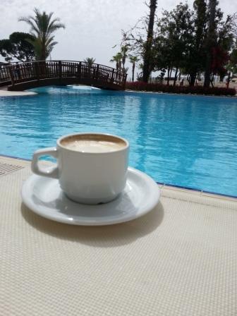 чайник и стеклянные чашки с чаем деревянными фоне