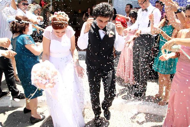 saída dos noivos com confetes