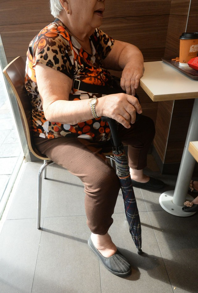 Chua Her Mui, 81, an elderly kitchen helper who moves about with a walking aid.