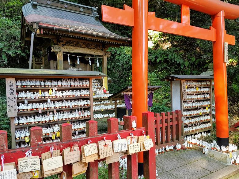 神社內有放置許多稻荷使者的陶瓷