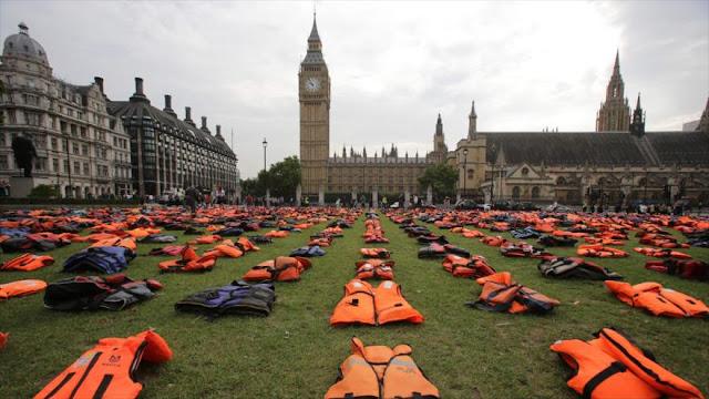 Colocan 1500 chalecos salvavidas frente al Parlamento británico