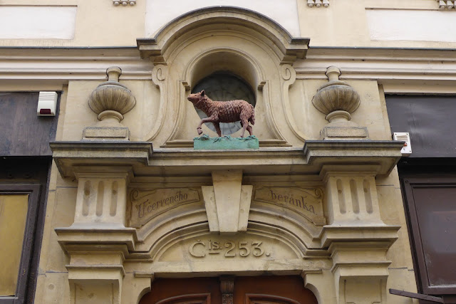 Enseigne du mouton rouge rue Nerudova Prague