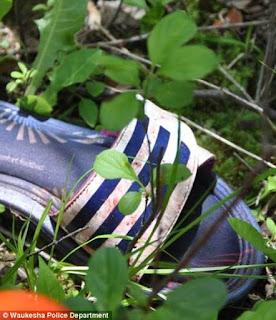 草叢の中に落ちたスリッパ。僅かに血液が付着している。
