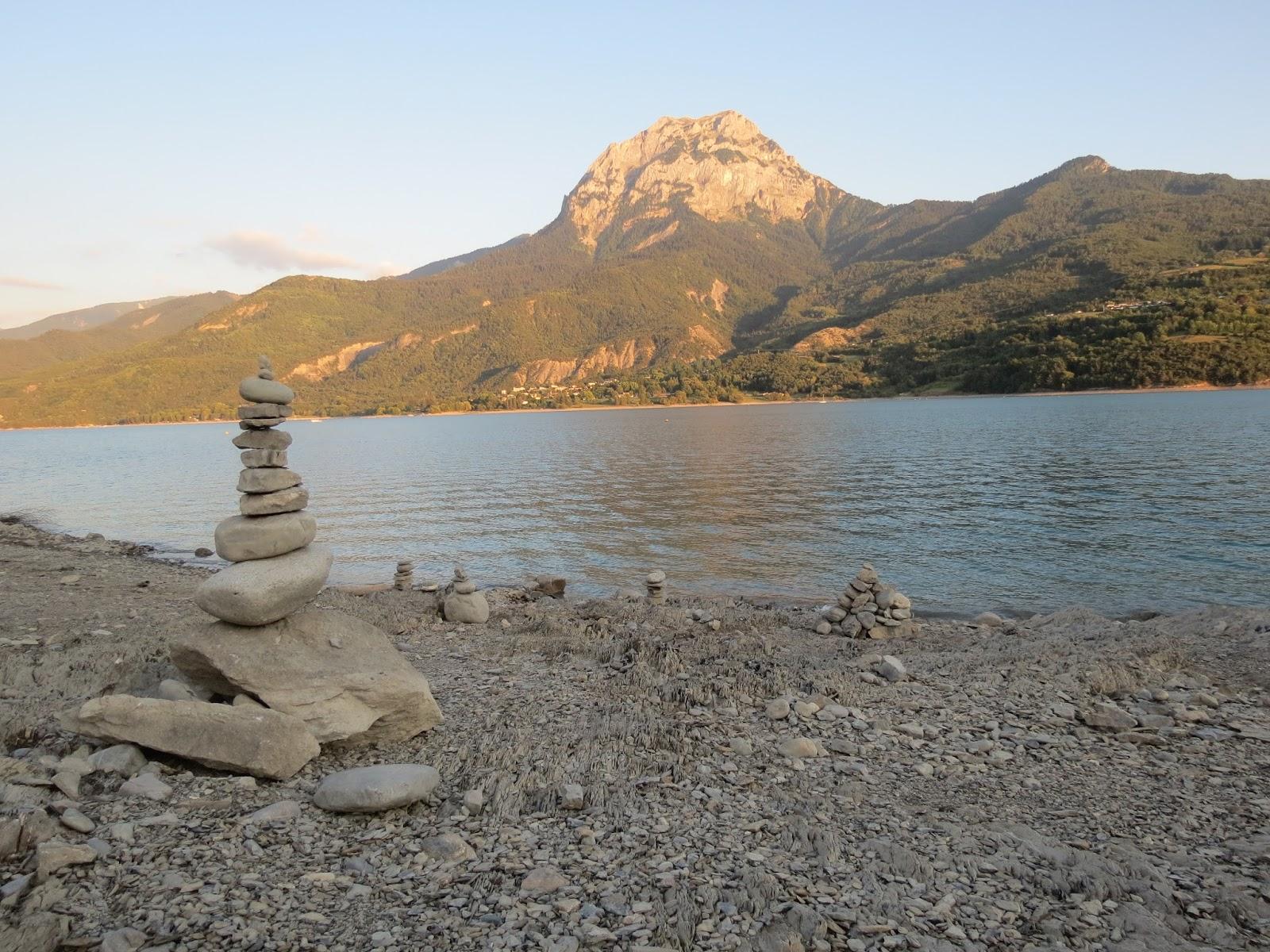Steinturm in Gap auf einem Bergsee