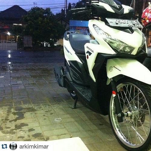 Gambar Modifikasi Motor Honda Vario 150 Velg Jari Jari Ring 17 Warna Putih