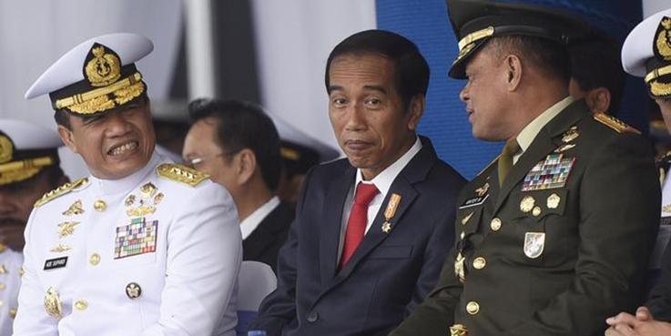 Panglima TNI Jenderal Gatot Nurmantyo (kanan) saat berbincang dengan Presiden Joko Widodo.