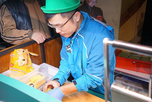 DSC09389 - 熱血採訪│深夜11點開賣的綠帽燒餅,深夜吃綠燒餅戴綠帽喝綠豆漿一臉綠光光
