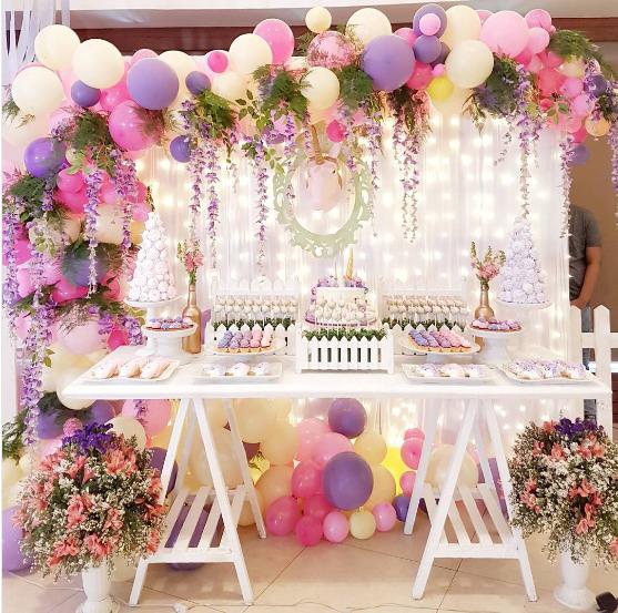 Elegantes arreglos con globos y flores for Arreglos de mesa con dulces
