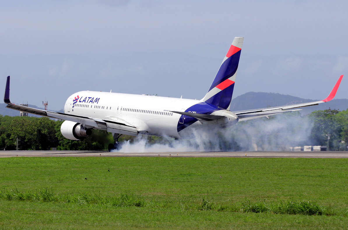 Latam Airlines Boeing 767-300ER Smokey Touch Down