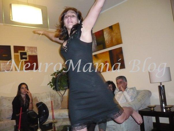Mamá bloguera Peruana Neuro Mamá saltando feliz
