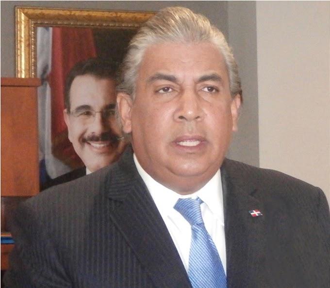 Cónsul en Nueva York anuncia cancelación de 16 funcionarios botelleros y apoya reelección de Danilo