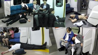 Varias imágenes muestran instantáneas en las que trabajadores japoneses duermen en transporte público.