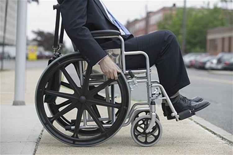 Pessoas com deficiência podem ter cadeira de rodas de forma gratuita pelo SUS
