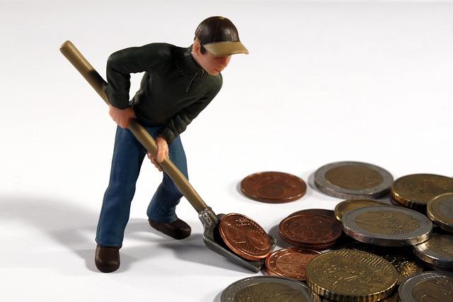 boneka dan uang logam
