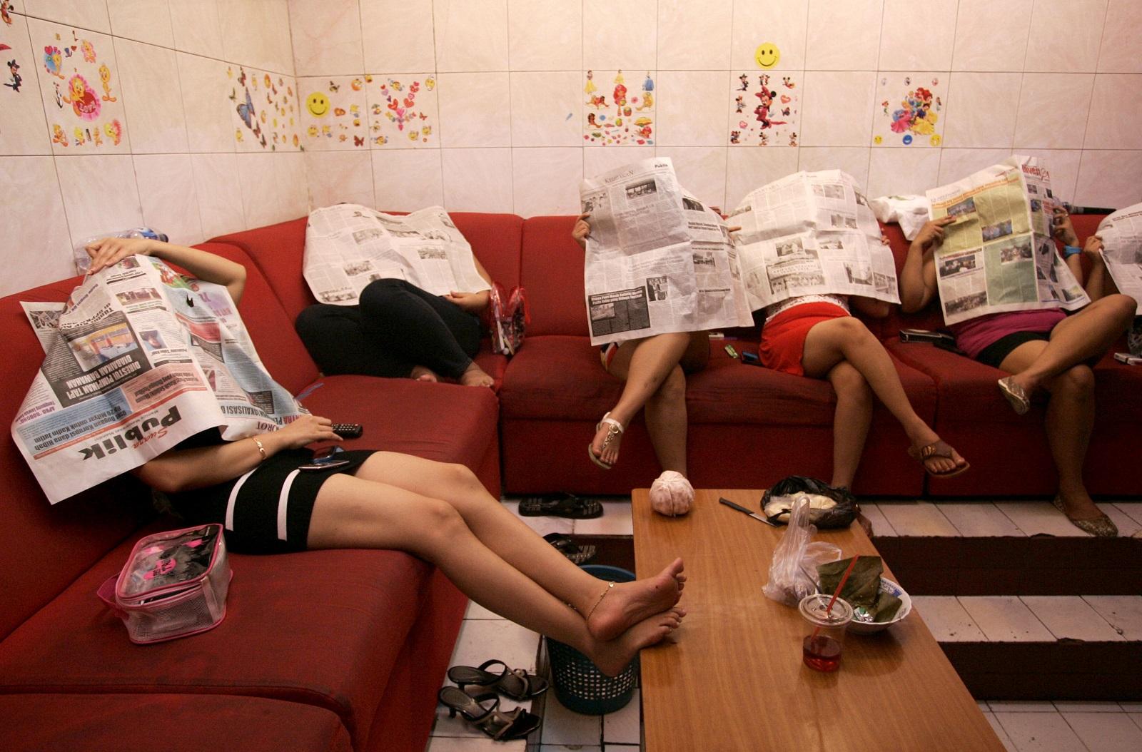 стар млад сколько клиентов в сутки девушки обслуживают в сексуальном рабстве зрачки расширяются, двигаю