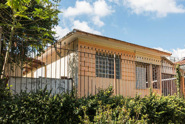 Fachada de material em casa de madeira