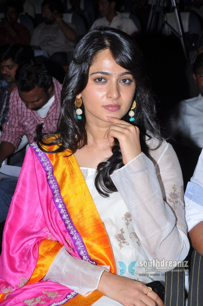 Sweet And Cute Wallpapers For Mobile Actress Stills Anushka Latest Pictures