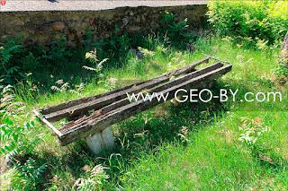 Скамеечка советских времен около могил Дзержинских