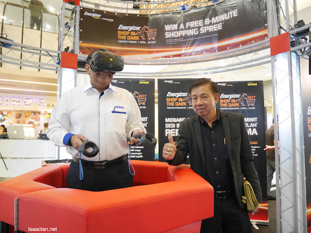 En. Ahimmat Bin Mydin, Executive Director of MYDIN Mohamed Holdings Bhd and Mr Tan Suang Jak, National Sales Manager of Energizer Malaysia at the launch