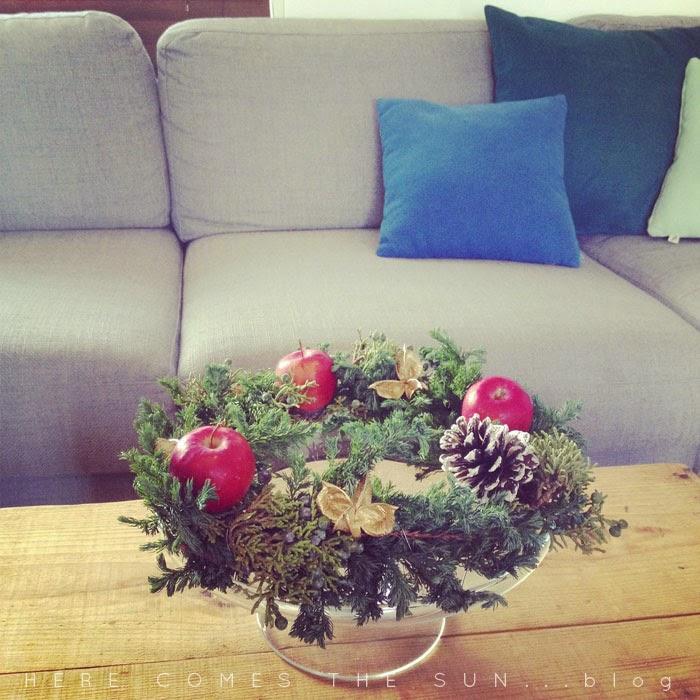 姫リンゴのクリスマスリースをケーキスタンドにのせてテーブルリースにした