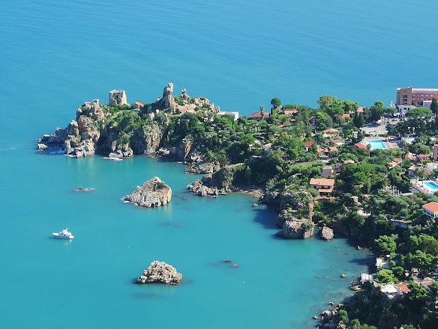 Port w Cefalu, widok z La Rocca na Sycylię