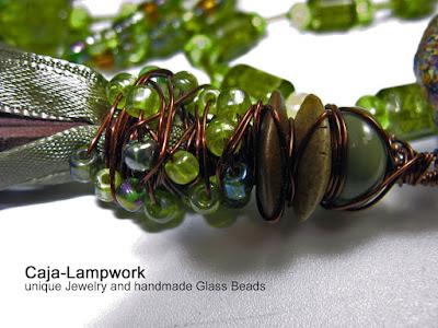 Detailansicht des mit Perlen eingebundenen Lederquasten