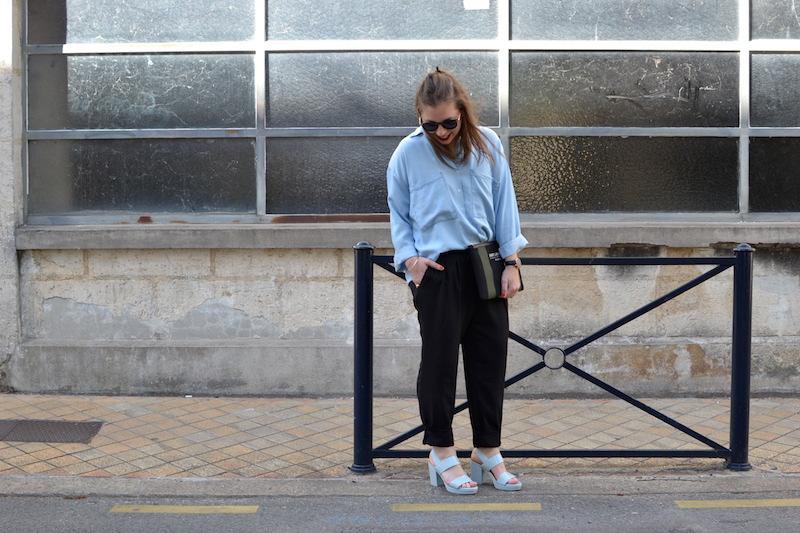 chemise en jean fluide Pimkie, lunette de soleil ronde Asos, pochette Saint Laurent de la Boutique Espaces, pantalon fluide noir zara, sandale pastel And Other Stories