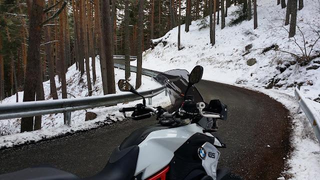 BMW F800 GS y TKC70: Estrenando neumaticos trail por nieve y hielo.