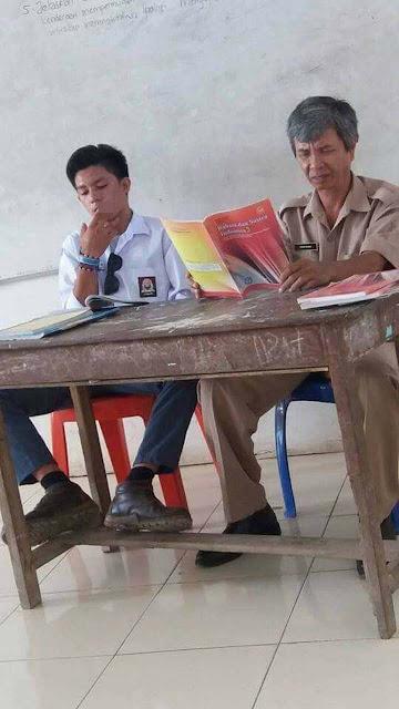 siswa SMA merokok dan duduk tak sopan di samping gurunya 2016
