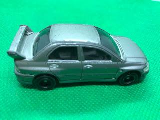 三菱 ランサーエボリューション のおんぼろミニカーを側面から撮影